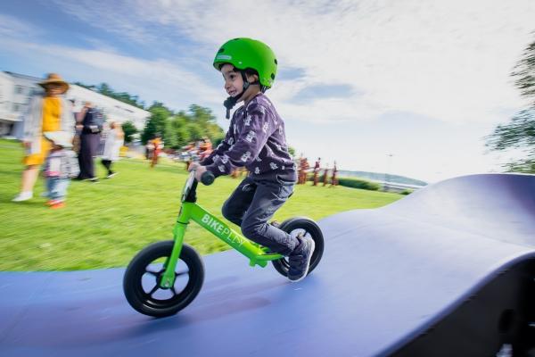 Gutt som sykler i Pumptrack under Sandvika byfest 2019